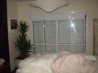 Porta de Correr Acústica 02 Folhas de Vidro com Persiana Integrada Acionamento Manual